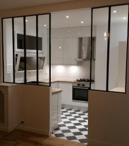 cuisine blanche laquée ouverte sur séjour avec verrières type atelier